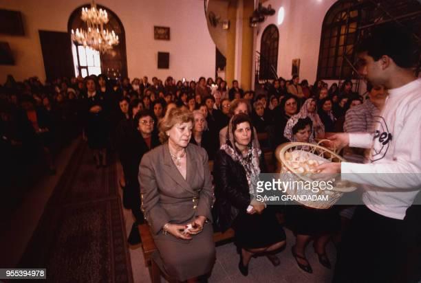 Enfant distribuant le pain lors d'une cérémonie dans une église orthodoxe à Lattaquié Syrie