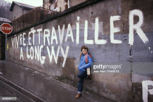 Enfant d'ouvrier dans la rue à Longwy, en Meurthe-et-Moselle, France.