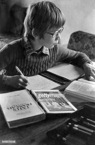 Enfant faisant ses leçons, à Courbevoie, dans les Hauts-de-Seine, France.