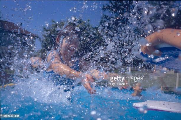 Enfant jouant dans une piscine lors d'une colonie de vacances du Comité d'entreprise de la SNCF à Clairoix en 2001, dans l'Oise, France.