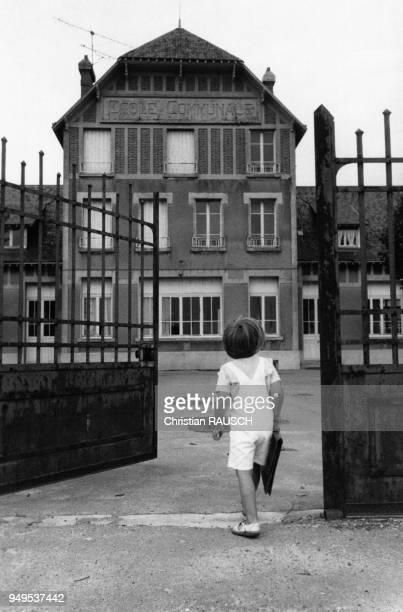 Enfant à l'entrée de son école à Dreux pendant la rentrée des classes en EureetLoir France