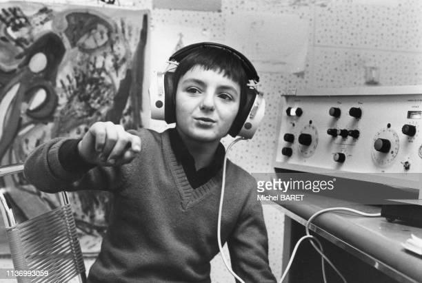 Enfant malentendant passant un test d'imitation de gestes de Jean Bergès à Paris en février 1980 France