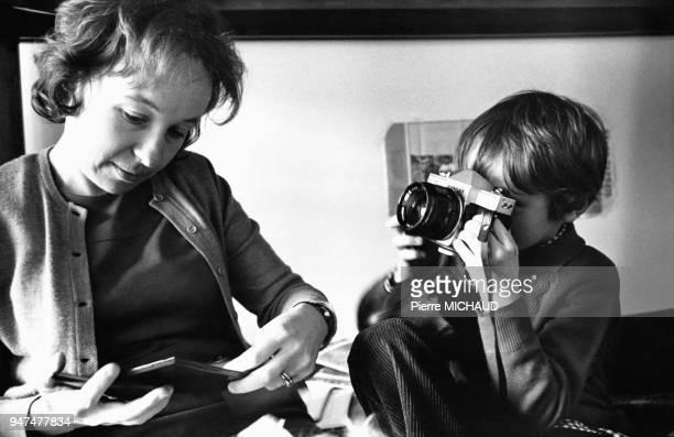 Enfant photographiant sa mère