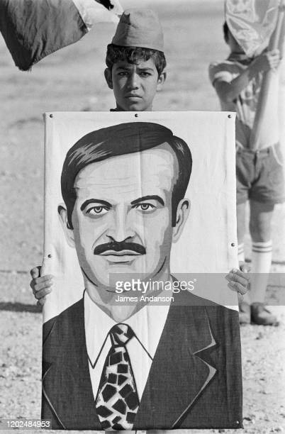 Enfant portant le portrait d'Hafez el-Assad lors du manifestation