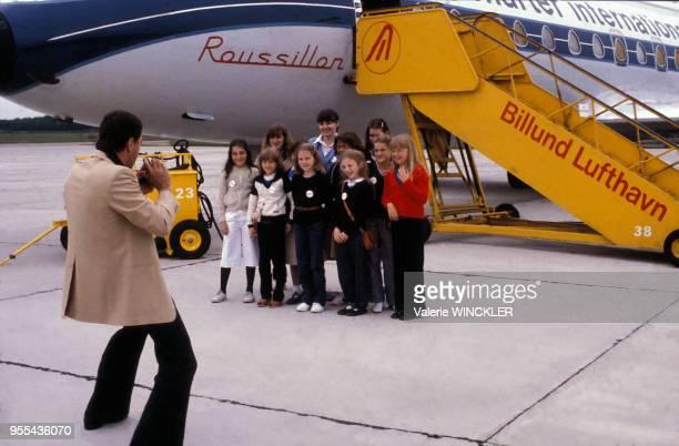 Enfant posant sur la piste de l'aéroport de Billund lors d'une excursion au parc d'attractions Legoland Danemark