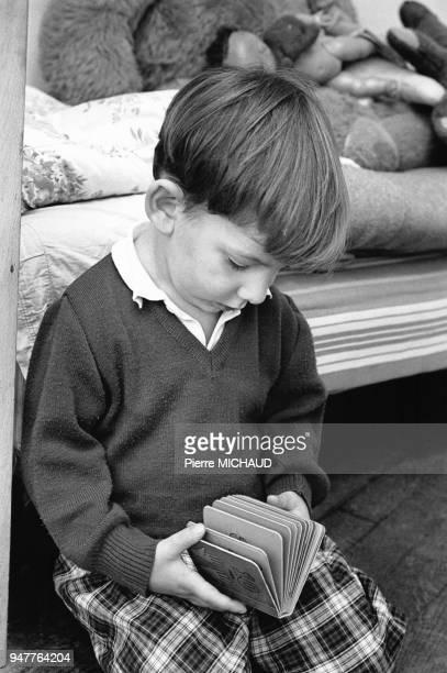 Enfant regardant un livre d'images
