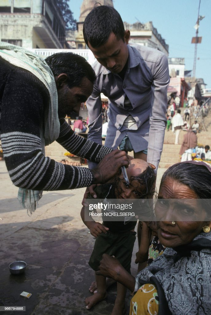 Enfant se faisant raser la tête à Varanasi : News Photo