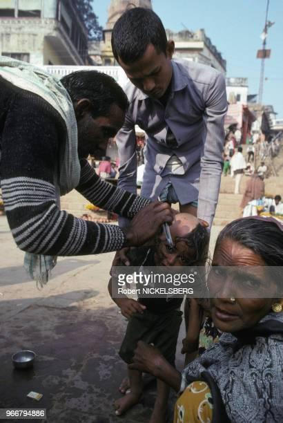 Enfant se faisant raser la tête le 15 décembre 1991 à Varanasi/Bénarès en Inde