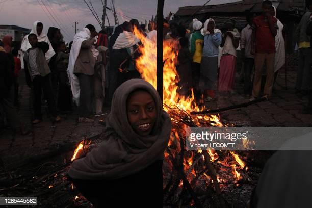 Enfant éthiopien devant un bûcher lors de la fête de Meskel à Lalibela, 28 septembre 2017, Ethiopie.