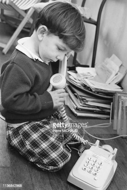 Enfant téléphonant, en 1984, France.