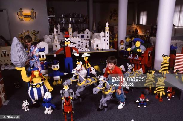 Enfants au milieu de personnages de bandes dessinées realisés en LEGO le 28 août 1988 à Billund Danemark