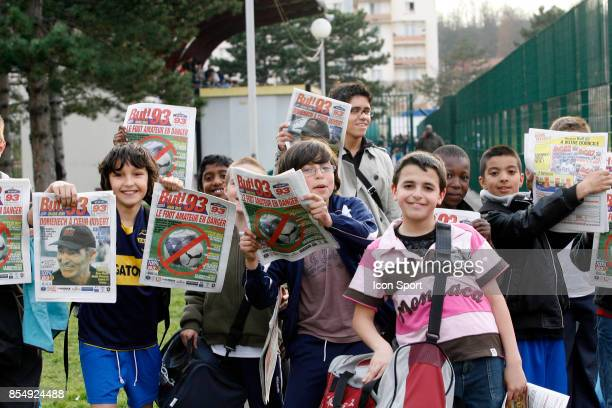Enfants avec le magazine But edition 93 Festi Foot 11ans Stade Allende de Noisy Le Sec Seine Saint Denis