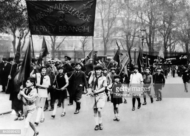 Enfants brandissant des drapeaux communistes dans le défilé du 1er mai à Paris France le 1 mai 1946