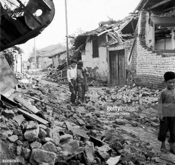 Enfants dans les décombres après le séisme à Skopje en Yougoslavie, en 1963.