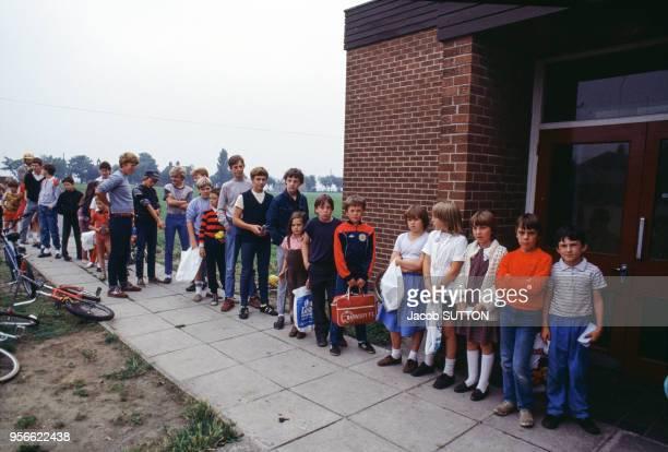 Enfants de mineurs attendant un repas gratuit circa 1980 à Hemsworth RoyaumeUni