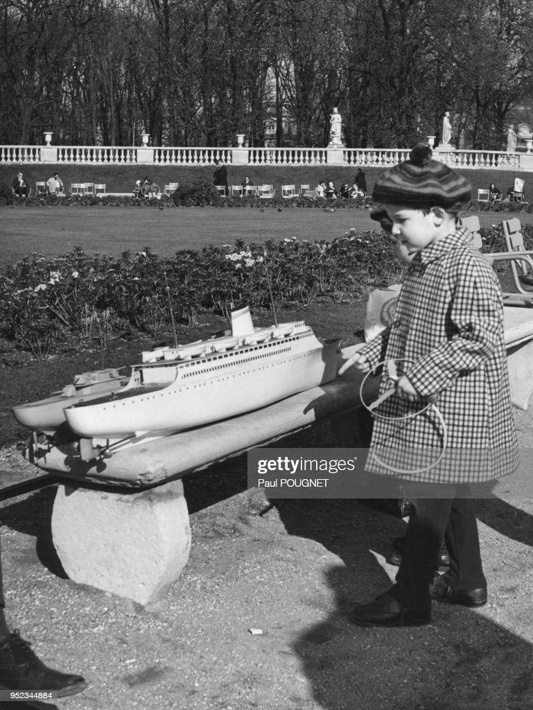 Enfants Devant Des Maquette De Bateaux Dans Le Jardin Du