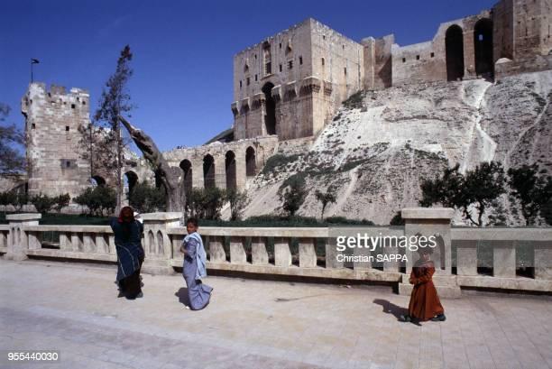 Enfants devant la citadelle d'Alep Syrie