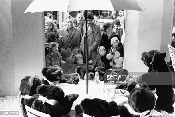 Enfants devant la vitrine de Noël d'un grand magasin en 1983