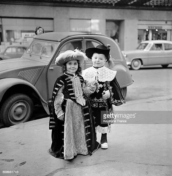 Enfants déguisés en mousquetaire et reine pour Mardigras à Paris France le 14 février 1961