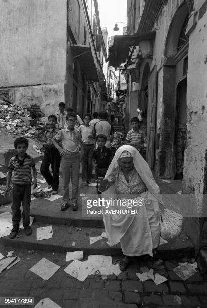 Enfants et veille femme dans la casbah en juillet 1985 à Alger Algérie