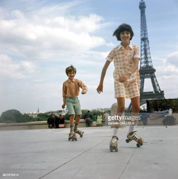 Enfants faisant du patin à roulettes sur l'esplanade du Trocadéro à Paris France en 1976