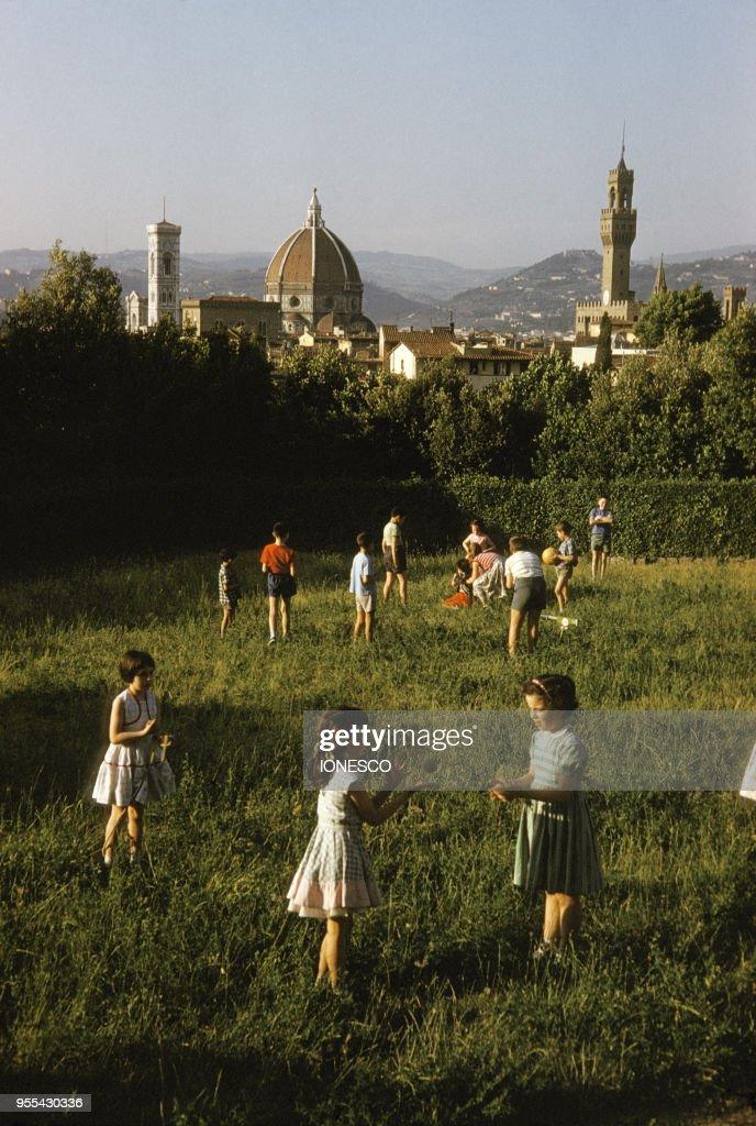 Enfants Jouant Dans Le Jardin De Boboli A Florence En Italie