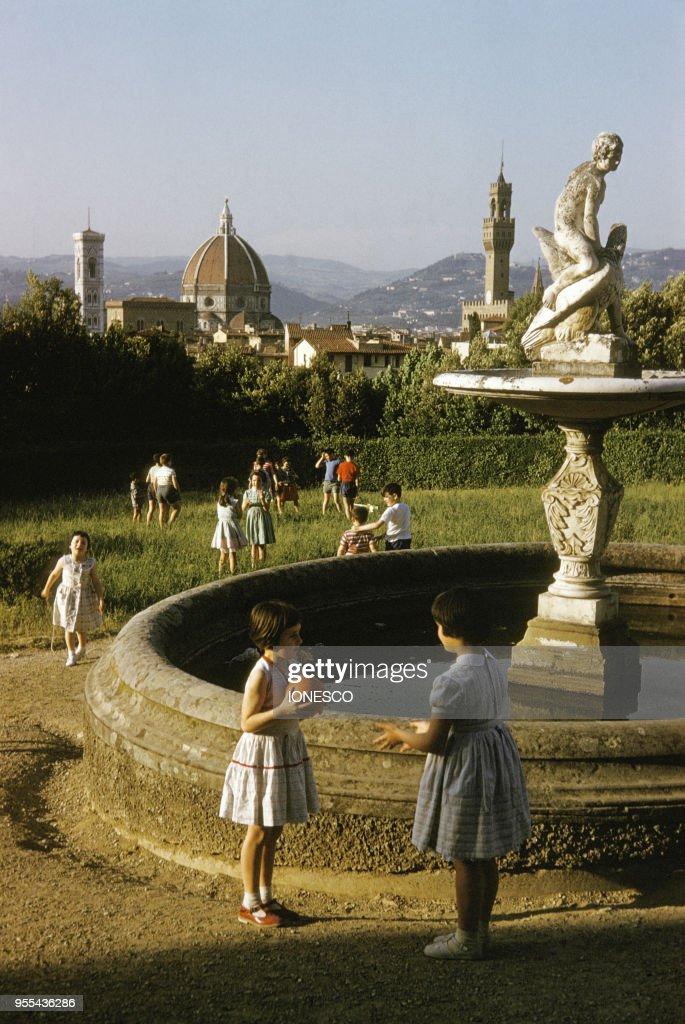 Enfants Jouant Pres De La Fontaine De Ganymede Dans Le Jardin De