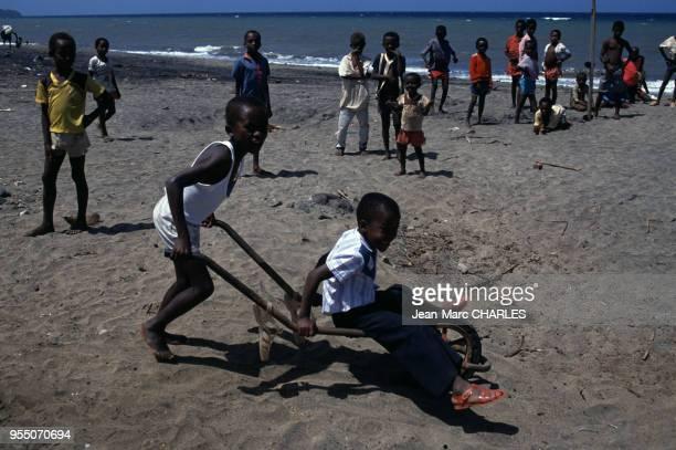Enfants jouant sur la plage à Bouéni en octobre 1990 sur l'île de Mayotte