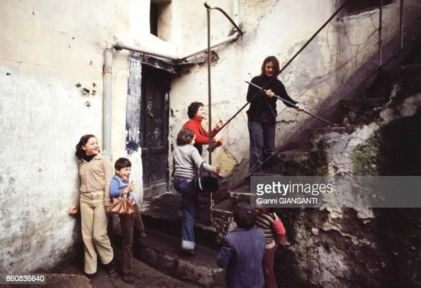 Enfants jouant sur un escalier dans une rue circa 1980 à Naples Italie