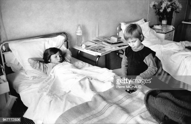 Enfants malades jouant dans une chambre d'hôpital en France
