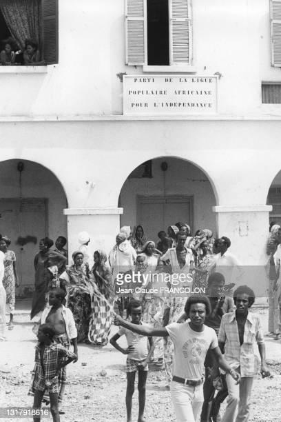 """Enfants pris en otgaes par des terroristes du """"front de libération de la côte de somalie"""" le 3 février 1975."""