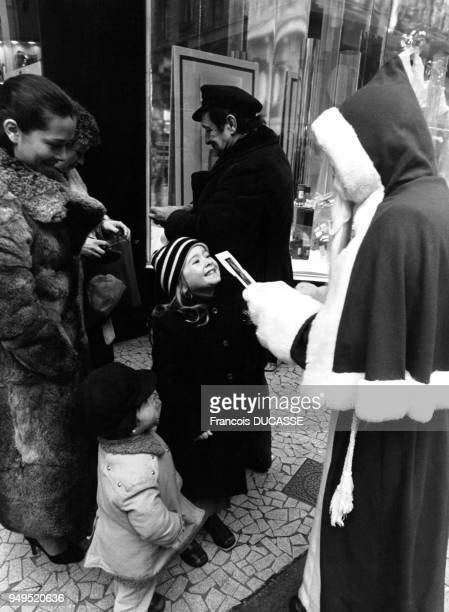 Enfants rencontrant un pèrenoël dans la rue SainteCatherine à Bordeaux en Gironde en France
