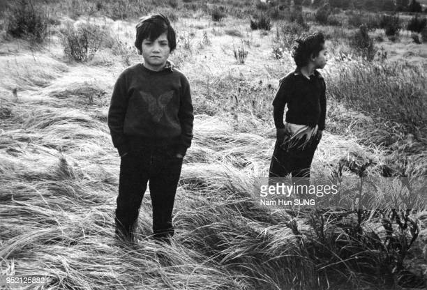 Enfants Rom dans un terrain vague à Houilles, en 1992, dans les Yvelines, France.