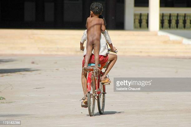 CONTENT] Enfants sur un vélo sur la petite ile de la soie dans les environs de phnom pehn young kids ride on a byclicle in ko dach island not far...