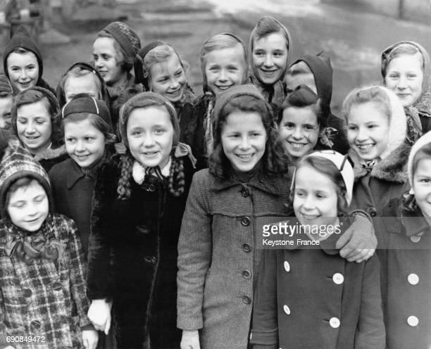 Enfants vivant dans la zone d'occupation soviétique souriant et bien vêtus à Dresde Allemagne circa 1940