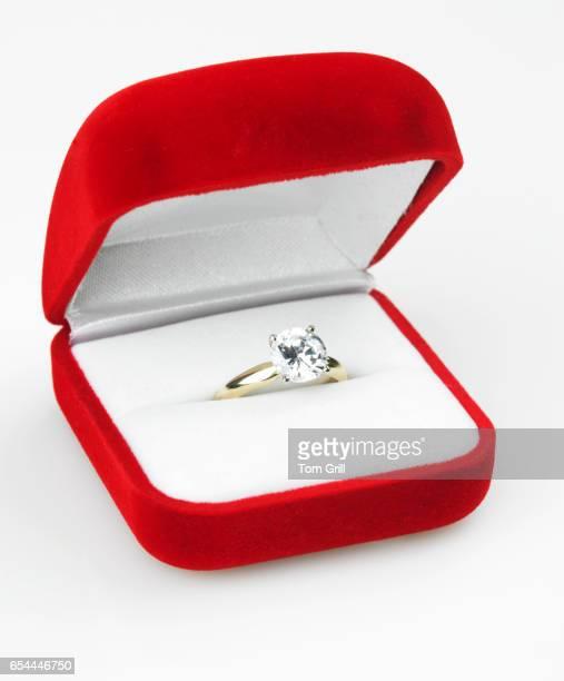 engagement ring in red box - engagement ring box - fotografias e filmes do acervo