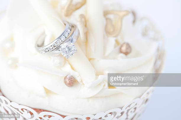Anillo de compromiso en boda magdalena con glaseado