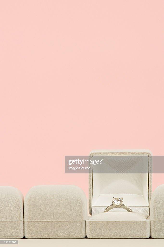 Aliança de noivado : Foto de stock