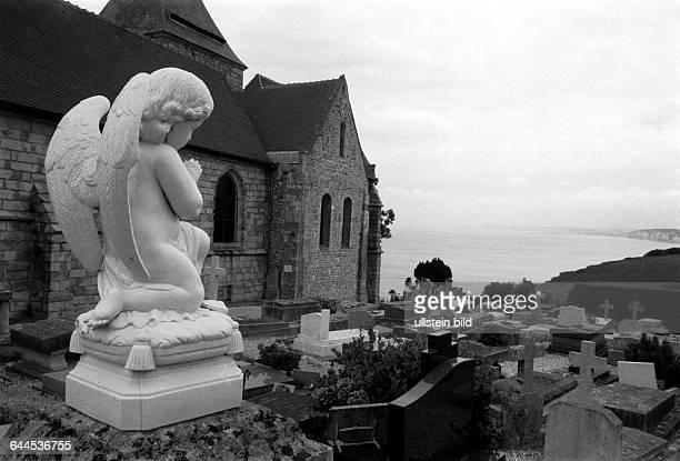 Engel auf einem Grab der am Meer gelegenen Kirche von Varengeville s. Mer, hier hat der kubistische Maler George Braque ein Glasfenster gestaltet,...