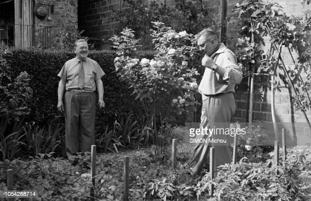 Enghien France juin 1953 Jacques TATI rencontre le vrai Monsieur Hulot ingénieurchimiste qui a écrit au cinéaste après avoir vu son film Les vacances...