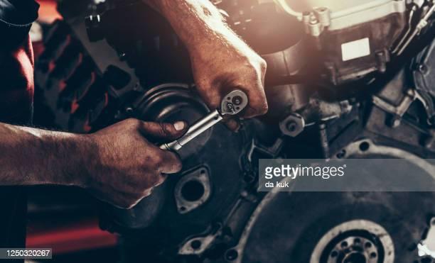 エンジン修理とサービス - v型8気筒 ストックフォトと画像