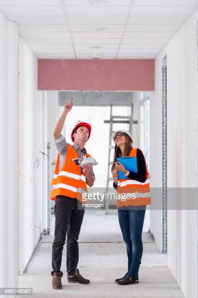 Ingeniero y de un arquitecto en solar de construcción