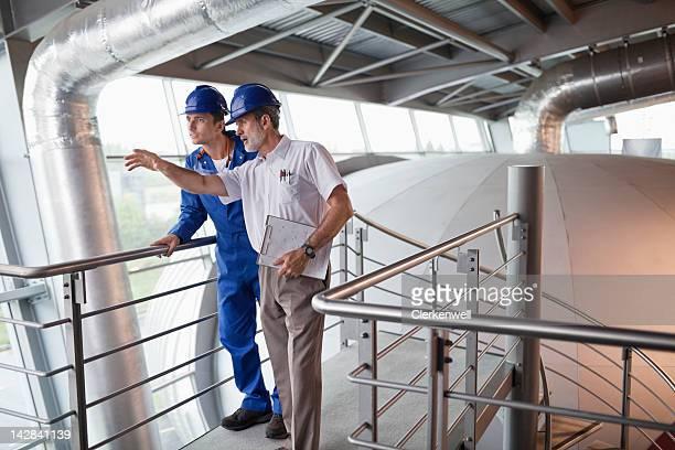 ingénieur sur un site de construction et de développement - hommes d'âge moyen photos et images de collection