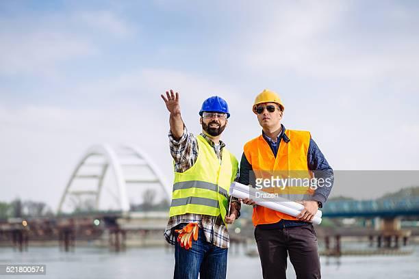 Engenharia e construção local gerente a discutir próxima fase de construção de Ponte