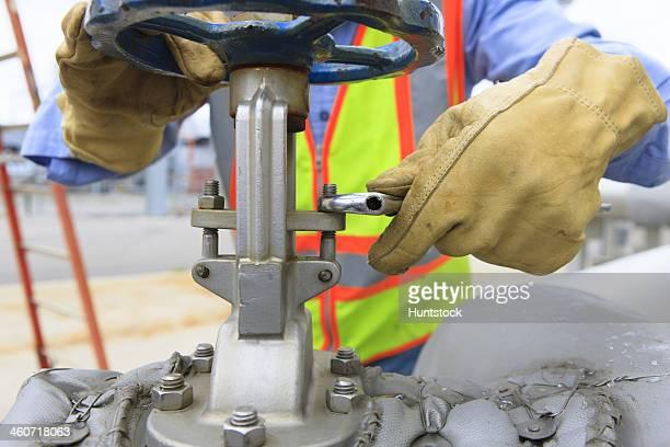 Ingenieur in elektrische Kraftwerk anpassen gate Ventil