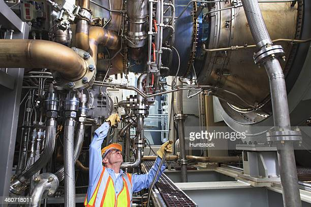 Ingenieur untersuchen instrumentation Kabel in fuel