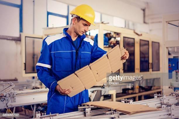 Ingenieur in fabriek kwaliteitscontrole van semi-product