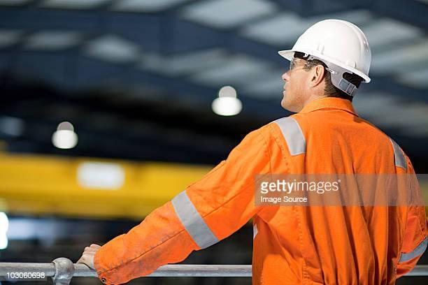 engineer in factory - veiligheidshek stockfoto's en -beelden