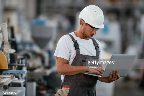 ingenieur in der fabrik - techniker stock-fotos und bilder