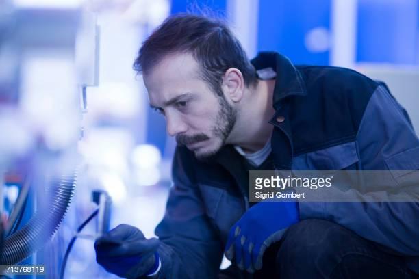 engineer inspecting heavy machinery - sigrid gombert 個照片及圖片檔